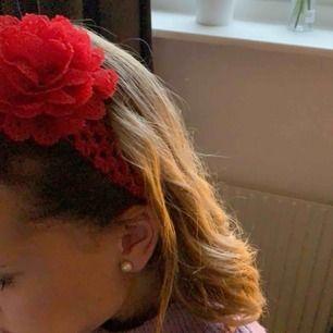 Super fint hårband med en blomma  🌹