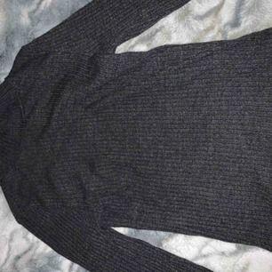 Super fin grå tröja. Lite använd. Rubbat tyg med en liten krage. Ny pris 150 mitt 50kr💕