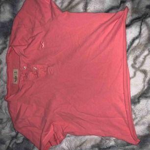 Kroppad t-shirt från hollister. Klippte själv, därav lågt pris. Själv tkr jag det är snyggt!