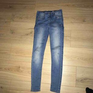 Använda 2 ggr. Jeansen sitter upp till naveln, kanske lite under. Betalning via swish. Original pris: 299 kr