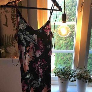 Fin klänning använd 2 ggr, så nästintill i nyskick Superskön och Stretchig och ganska tight i passformen Till anklarna ungefär på mig som är 171!  (Fin att ha t- shirt under)