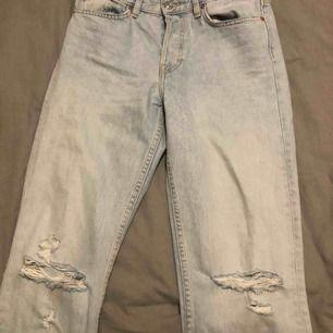 snygga ljusa jeans med två snygga hål på knäna. säljer pågrund av att jag köpte en storlek för stora. nästan aldrig använda