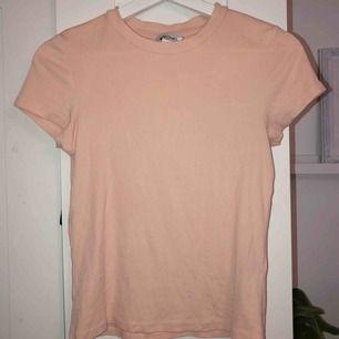 Korallfärgad tshirt. Köparen står för frakten🧡