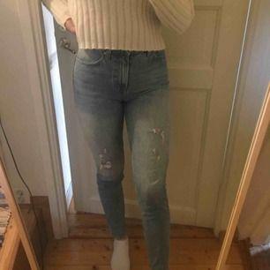 Supersnygga blåa jeans men slitningar. Tyvärr lite för små för mig. Köpare står för frakt