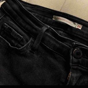 Säljer mina Levis jeans med hål i på knäna. Använda ca 10 ggr så superfint skick. Strl 26  250kr elr bud Kan skickas mot fraktkostnad