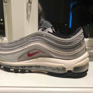 ⚡️Ett par Nike Air Max 97 i färgen Silver Bullet säljer jag nu pga brist på användning! De är inköpta för 1900 kr och är i använt skick. Frakt kostar 115kr extra, och möts gärna upp! Det är bara att höra av er om ni har någon fråga!💜⚡️