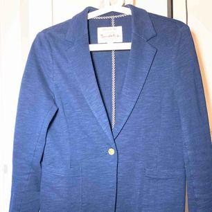 Blå kavaj i Jersey. Väldigt fin trikå i pima bomull. Modellen är snygg till jeans och bra bas i garderoben.