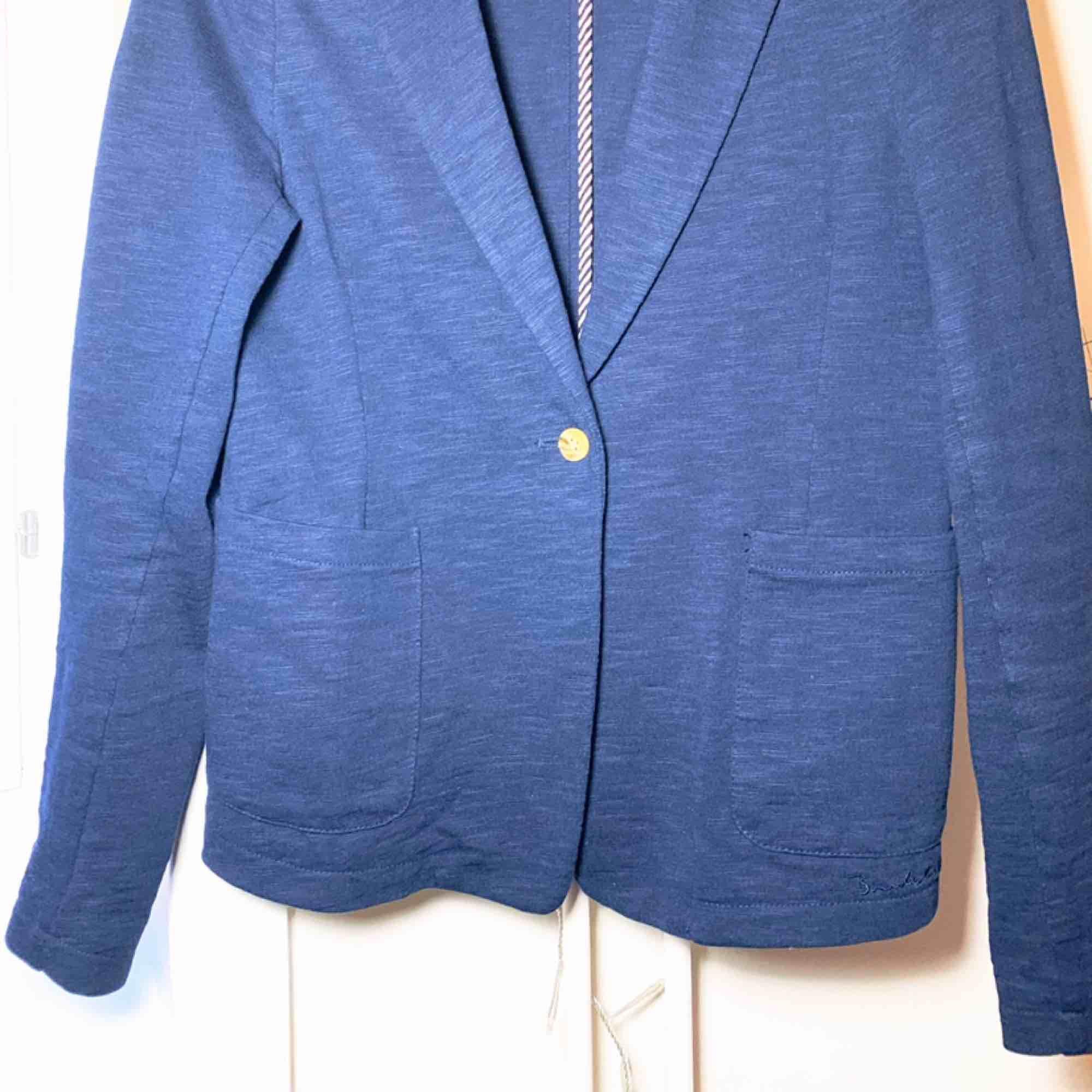 Blå kavaj i Jersey. Väldigt fin trikå i pima bomull. Modellen är snygg till jeans och bra bas i garderoben.. Kostymer.