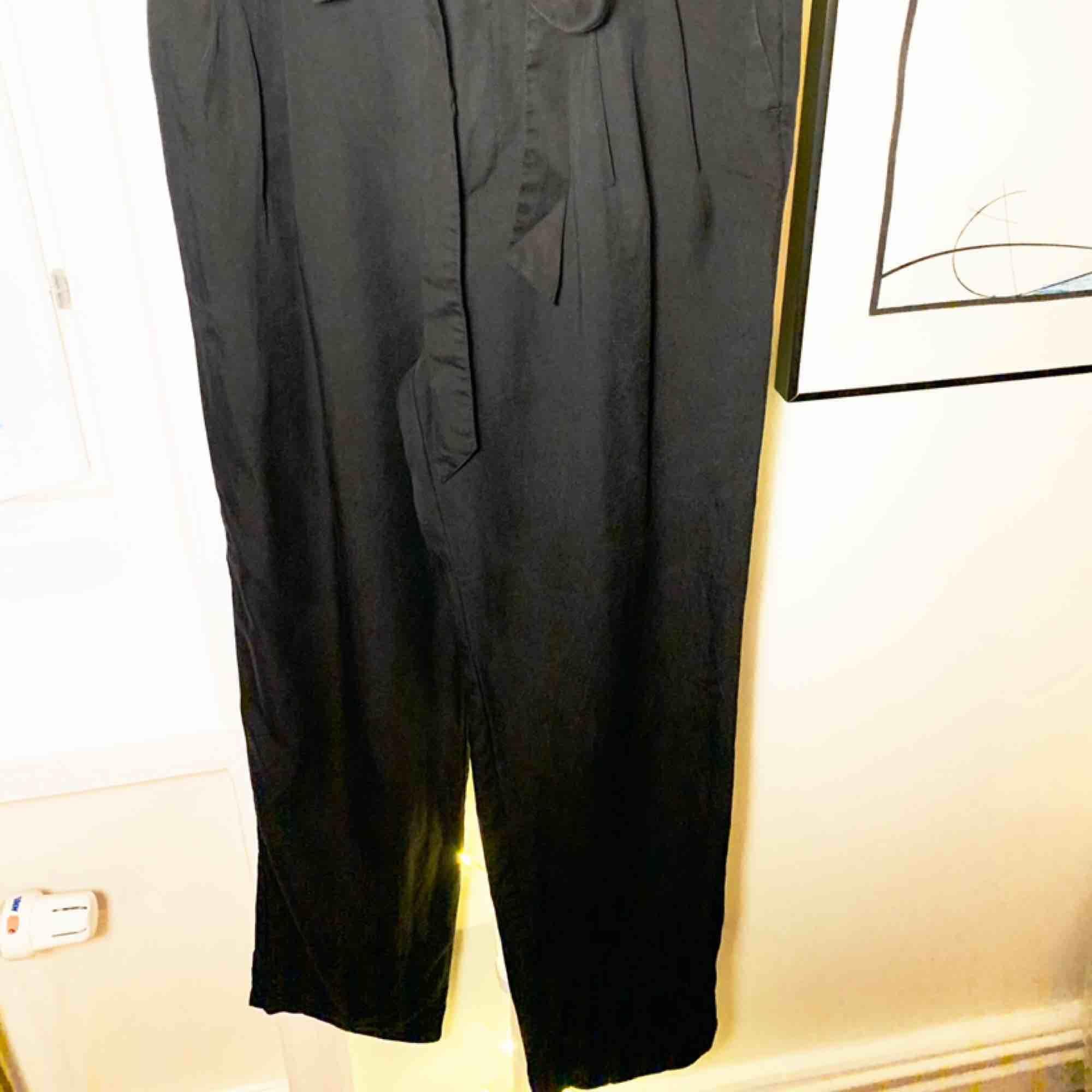Kostymbyxor i Tencell med hög midja och knytband. Snyggt alternativ till kostym.. Jeans & Byxor.