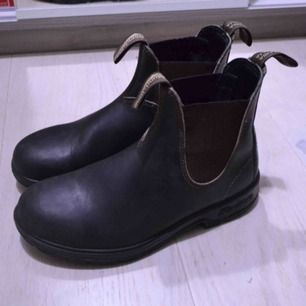 Sparsamt användna blundstone i 500 modellen. Storlek är UK 5 och motsvarar 38 men dom funkar även för 39or då jag tycker dom sitter lite stort i storleken. riktigt sköna och stiliga boots. Hör av er vid intresse.