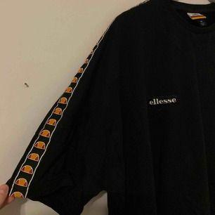 """Sviiiin snygg lite """"pösigare"""" tröja från Ellesse men som tyvärr inte kommer till användning längre, köpt på Junkyard"""