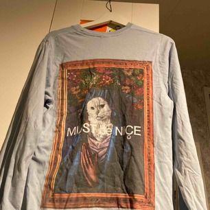 långärmad tshirt från ripndip! har lite lösa trådar och ett pyttelitet hål typ under magen. frakt tillkommer :)