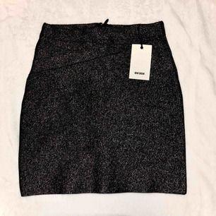 Svart glitter kjol från bikbok, strl xs. Oanvänd, prislapp finns kvar. Fri frakt