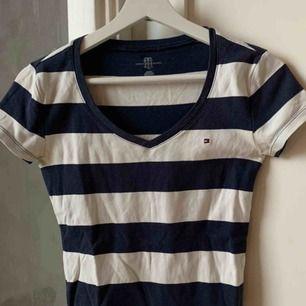 Blåvit randig T-shirt från Tommy Hilfiger.