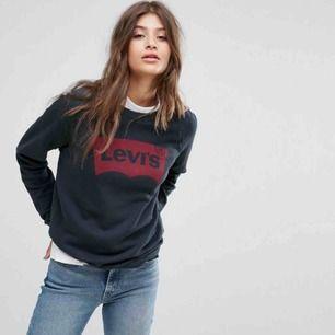 Snygg Levis tröja med en gråaktig nyans. Rött märke med texten levis. Har dock blivit lite trasig vid mudden upp till halsen men inget som syns när man har den på. Pris går att diskutera