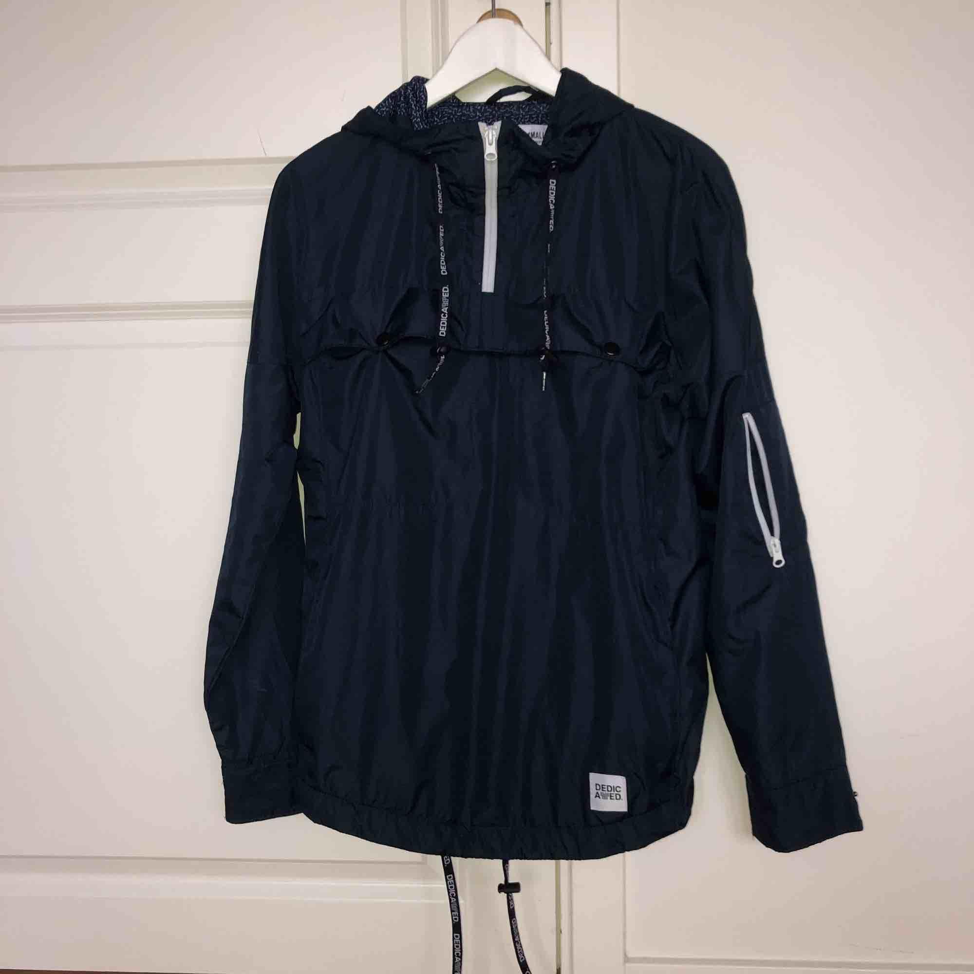 Pullover-jacka från Dedicated. Kostar 1500kr men jag köpte den på rea för 700kr. Använd fåtal gånger och är i väldigt fint skick därav priset. Köparen står för frakt.. Jackor.