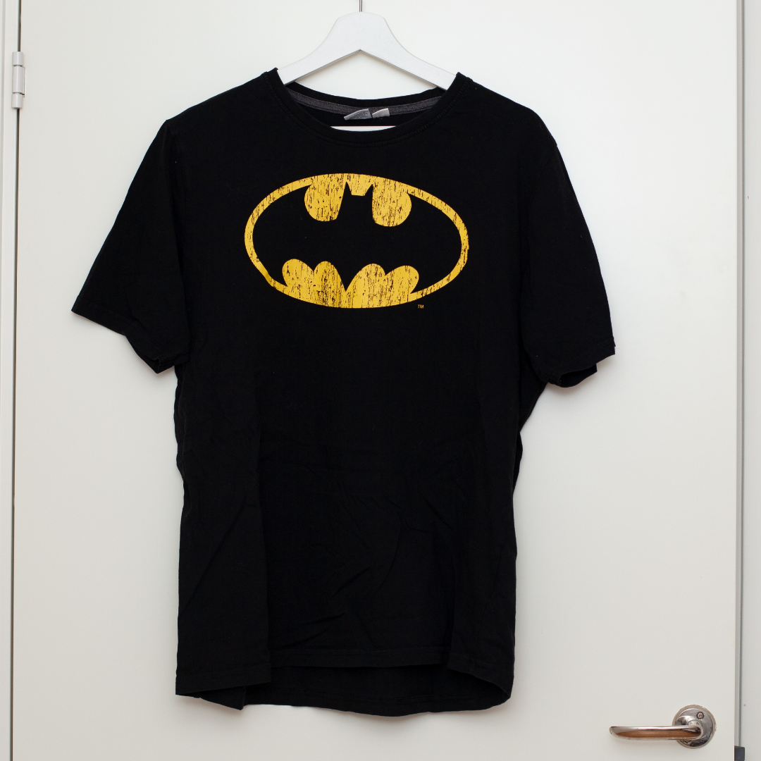 Batman t-shirt i storlek L, normal i storleken. Sparsamt använd. Frakt tillkommer om köparen inte möts upp i Märsta. 🌸. T-shirts.