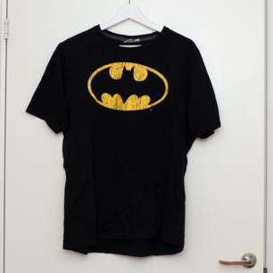 Batman t-shirt i storlek L, normal i storleken. Sparsamt använd. Frakt tillkommer om köparen inte möts upp i Märsta. 🌸