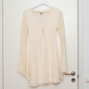 Snygg klänning i off white / creme, storlek 36. Den har dragkedja i sidan. Oanvänd. Frakt tillkommer om köparen inte möts upp i Märsta. 🌸