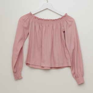 Kort tröja från H&M i storlek S. Lappen är bortklippt då den skavde. Frakt tillkommer om köparen inte möts upp i Märsta. 🌸