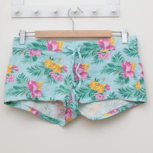 Fina shorts från H&M, den turkosa färgen är nog lite mer åt det gröna hållet. Sparsamt använda. Frakt tillkommer om köparen inte möts upp i Märsta. 🌸