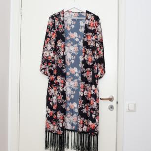 Snygg kimono i storlek S, den bör dock passa fler storlekar! Sparsamt använd. Frakt tillkommer om köparen inte möts upp i Märsta. 🌸