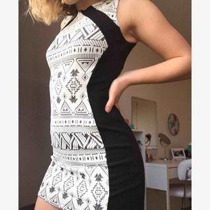 En riktig festklänning! Stretchig och bekväm. Rekommenderar till någon som är lite kortare då den inte är så lång. Använd en gång!