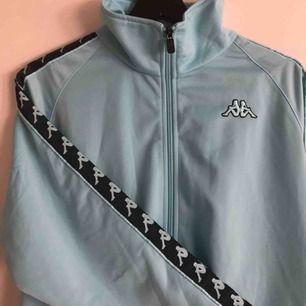Oanvänd Kappa zip-hoodie i superfin ljusblå färg.  Kan mötas upp i Stockholm eller frakta men du står isf för frakten!🙌🏼