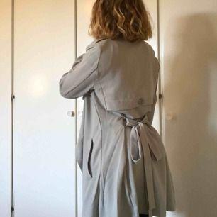 Tunnare kappa som passar bra för vår och höst. I storlek XS men sitter bra som S och är rätt lång.