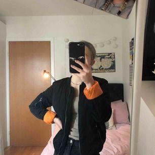 Cool bomberjacka med orange insida! 🧡 frakt tillkommer