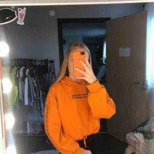 Jätte fin Orange Hoodie med tryck på armarna o på fram sidan använt några gånger 30 kr + frakt 28 kr