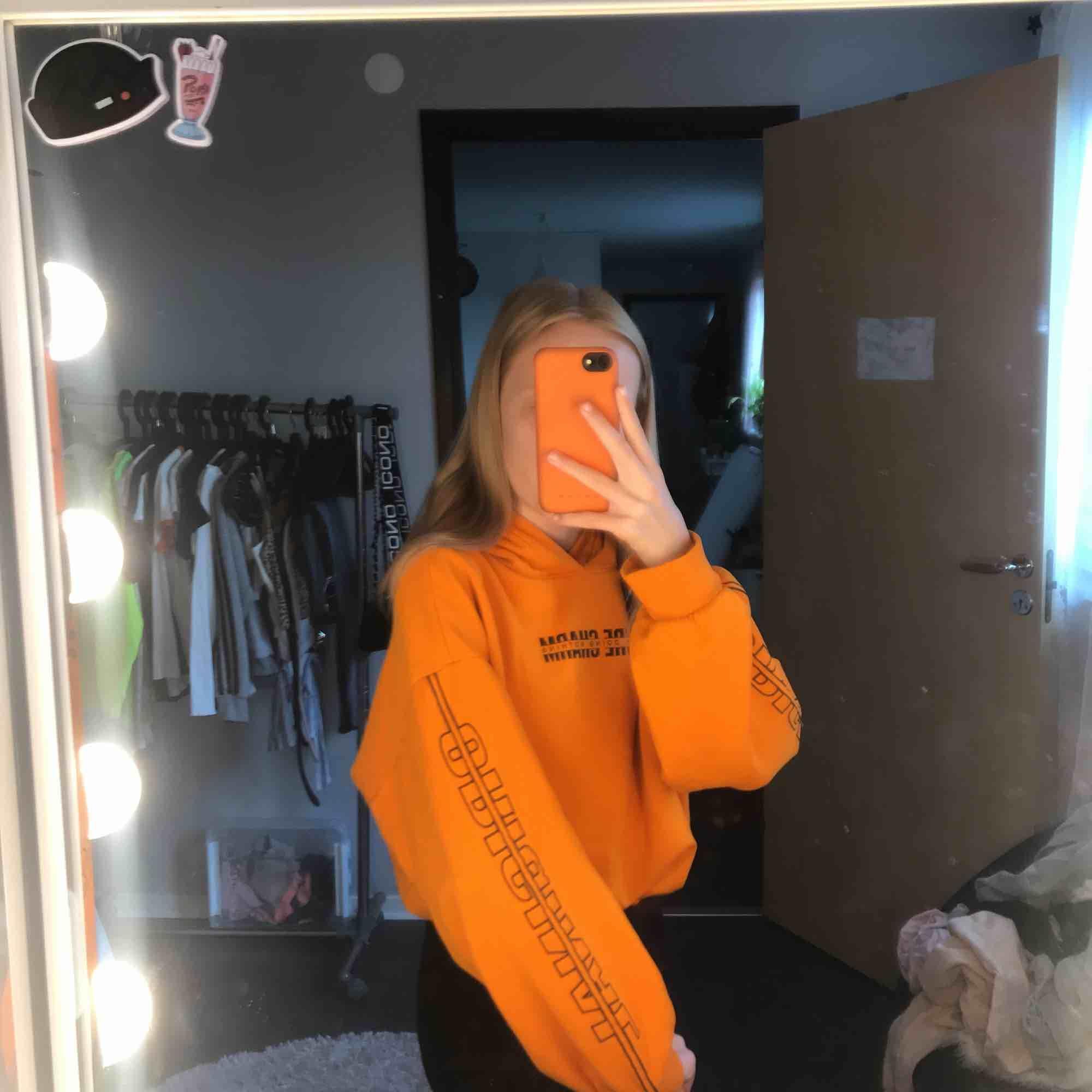 Jätte fin Orange Hoodie med tryck på armarna o på fram sidan använt några gånger 30 kr + frakt 28 kr . Huvtröjor & Träningströjor.