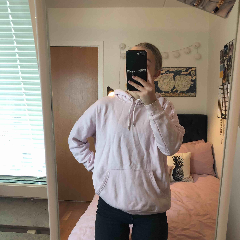 Oversized ljusrosa hoodie från monki! Den är i storlek xxs men ganska stor 💜 frakt tillkommer, men möts även upp i centrala stockholm. Huvtröjor & Träningströjor.