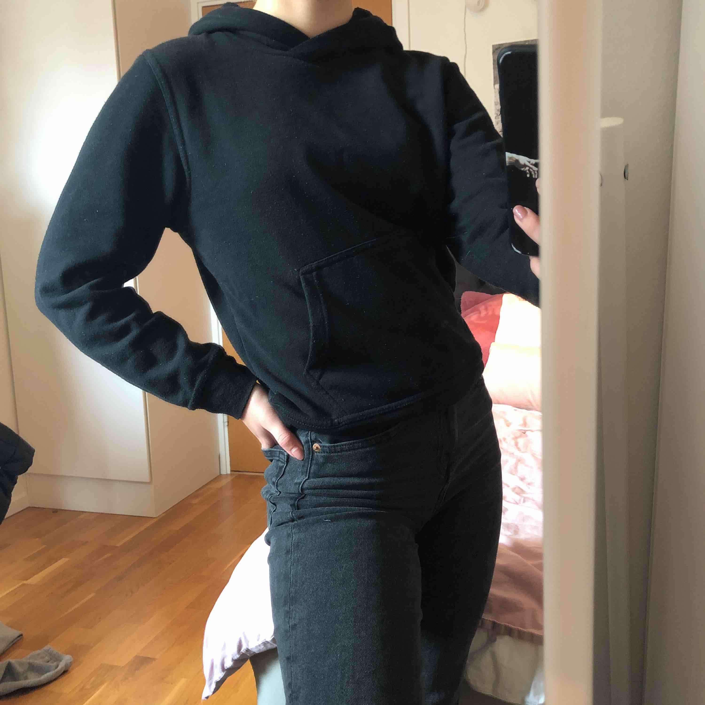 Enkel svart hoodie, står inte vilken storlek det är men jag är en XS och den passar mig. 💓 frakt tillkommer eller så möts jag upp i centrala stockholm. Huvtröjor & Träningströjor.