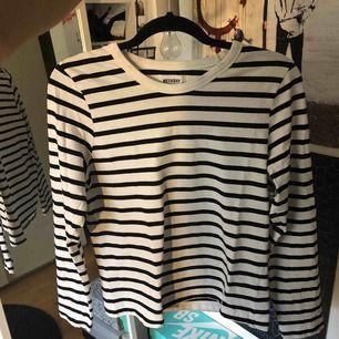 Randig långärmad T-shirt från weekday i väldigt fint skick.  Kan mötas upp i Stockholm eller frakta men du står isf för frakten!🙌🏼