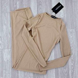 Ny beige lång ribbad klänning från PLT storlek 4 (32) Prislapp kvar.  Frakt kostar 42kr extra, postar med videobevis/bildbevis. Jag garanterar en snabb pålitlig affär!✨ ✖️Fraktar endast✖️