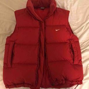 Röd väst från Nike! Storlek M! 🤩🤩 Kan mötas upp i malmö och lund och även frakta (50kr) 🥰