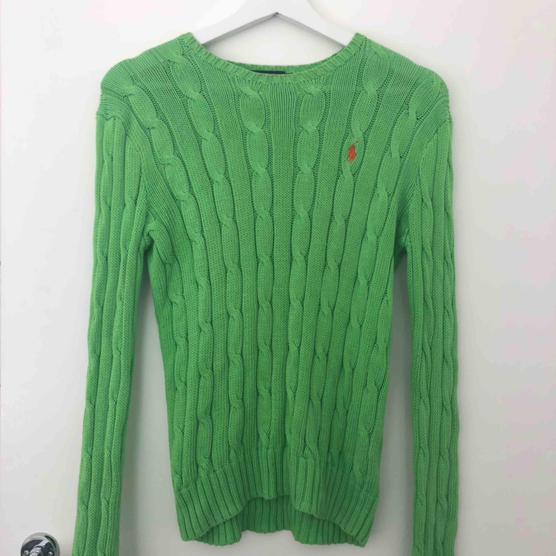 Grön Ralph lauren tröja med orange logga! Bra skick! Frakt : 50kr!. Tröjor & Koftor.