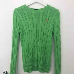Grön Ralph lauren tröja med orange logga! Bra skick! Frakt : 50kr!