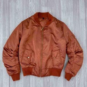 Metallic bronze/orange bomber jacka storlek XS i fint skick.   Frakt kostar 63kr extra, postar med videobevis/bildbevis. Jag garanterar en snabb pålitlig affär!✨ ✖️Fraktar endast✖️
