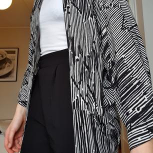 Sjukt snygg kofta/kimono! Den är jätteskön att ha på sig. Jag fraktar gärna men kan även mötas upp😊😊