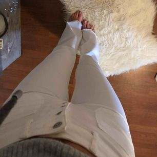 Jättefina vita bootcutbyxor från Zara, använda 2 ggr! (Jag är 173 cm lång och de nuddar precis marken) De passar både S och M skulle jag säga ❤️