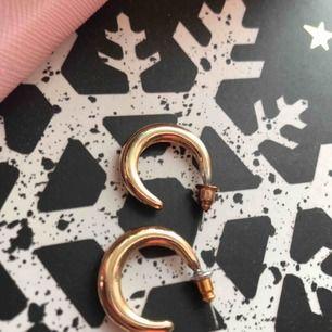 Fina guldiga örhängen ⚡️ tvättade & rena!