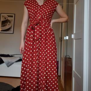 Fin klänning som är roströd med