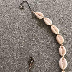 """Superfint snäck """"halsband"""" från stradivarius, köpt denna sommar då den är använd fåtal gånger! Frakten är inkluderad i priset!💕"""