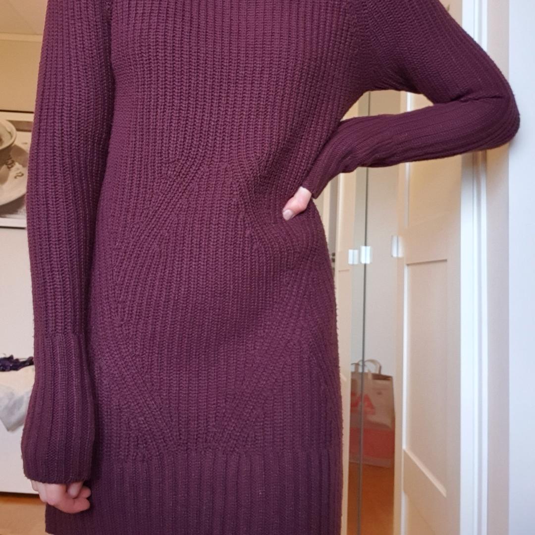 Stickad tunika/klänning som är plommonlila. Supermysig och passar perfekt i det kalla vädret! Fraktar eller möts upp💞💞. Stickat.