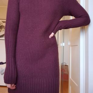 Stickad tunika/klänning som är plommonlila. Supermysig och passar perfekt i det kalla vädret! Fraktar eller möts upp💞💞