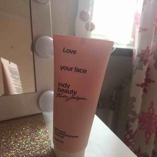 Indy Beautys (Therese Lindgrens egna märke) ansiktsmask! Vit/genomskinlig färg. ✨💓 Den är testad 1/2 ggr men 90% som ny 😍 luktar supergott!