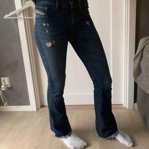 Assnygga bootcut/ utsvängda jeans från Diesel. Jag är 167cm lång
