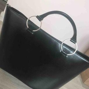 Snygg väska 🥰 sparsamt använd 2/3 ggr, super fint skick! Köpt på kappahl